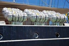 KALININGRAD, RUSLAND - JUNI 19, 2016: Reddingsvlotten op de beroemde bark Kruzenshtern vroeger Padua in de Kaliningrad-Zeehaven stock afbeeldingen