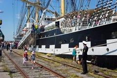 KALININGRAD, RUSLAND - JUNI 19, 2016: Toeristen dichtbij de beroemde bark Kruzenshtern vroeger Padua in de Kaliningrad-Zeehaven royalty-vrije stock afbeeldingen