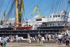 KALININGRAD, RUSLAND - JUNI 19, 2016: Toeristen dichtbij de beroemde bark Kruzenshtern vroeger Padua in de Kaliningrad-Zeehaven stock afbeelding