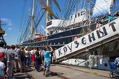 KALININGRAD, RUSLAND - JUNI 19, 2016: Toeristen dichtbij de beroemde bark Kruzenshtern vroeger Padua in de Kaliningrad-Zeehaven stock afbeeldingen