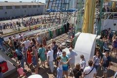 KALININGRAD, RUSLAND - JUNI 19, 2016: Toeristen op het dek van de bark Kruzenshtern vroeger Padua stock foto's