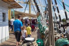 KALININGRAD, RUSLAND - JUNI 19, 2016: Toeristen op het dek van de bark Kruzenshtern vroeger Padua in de Kaliningrad-Zeehaven royalty-vrije stock afbeelding