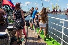 KALININGRAD, RUSLAND - JUNI 19, 2016: Toeristen op het dek van de bark Kruzenshtern vroeger Padua in de Kaliningrad-Zeehaven stock foto