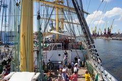 KALININGRAD, RUSLAND - JUNI 19, 2016: Toeristen op het dek van de bark Kruzenshtern vroeger Padua in de Kaliningrad-Zeehaven royalty-vrije stock foto