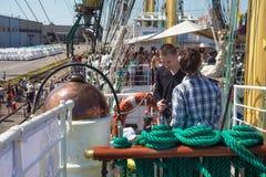 KALININGRAD, RUSLAND - JUNI 19, 2016: Toeristen op het dek van de bark Kruzenshtern vroeger Padua in de Kaliningrad-Zeehaven stock foto's