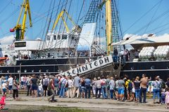 KALININGRAD, RUSLAND - JUNI 19, 2016: Treden aan de historische bark Kruzenshtern vroeger Padua in de Kaliningrad-Zeehaven royalty-vrije stock foto
