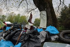 Kaliningrad, Rusland - Mei 18, 2019: Ecologische gebeurtenis bij Oostzeekust, mensen die oever van huisvuil schoonmaken royalty-vrije stock afbeelding