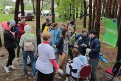 Kaliningrad, Rusland - Mei 18, 2019: Ecologische gebeurtenis bij Oostzeekust, mensen die oever van huisvuil schoonmaken royalty-vrije stock afbeeldingen
