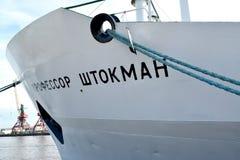 Kaliningrad, Rusland Neusdeel van het Professor Shtokman onderzoekschip Russische tekst ` Professor Shtokman ` Royalty-vrije Stock Afbeeldingen