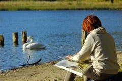 Kaliningrad, Rusland - oktober 2018: De schilder bij het meer van het stadspark stock fotografie