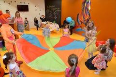 KALININGRAD, RUSLAND - SEPTEMBER 18, 2016: De kinderen spelen met de animator Een vakantie in de club van kinderen royalty-vrije stock afbeeldingen