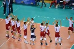 Kaliningrad, Rusland Spelers van een nationaal team van Polen op volleyball welkom elkaar vóór een gelijke royalty-vrije stock foto