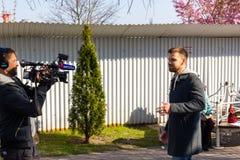 Kaliningrad, Russia - 13 aprile 2019: Reporter che fanno film circa la festa del giorno dell'aringa fotografia stock libera da diritti