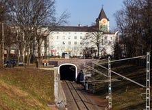 Kaliningrad, Russia - 24 febbraio 2019: Tunnel ferroviario nel quadrato centrale della città al giorno di molla fotografie stock