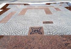 Kaliningrad, Russia Il piano della fortezza di Fridrikhsburgsky che è presentata dalle lastre per pavimentazione e dai piatti ros Fotografia Stock Libera da Diritti