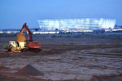 Kaliningrad, Russia Il suolo di trasporti dell'attrezzatura per l'edilizia circa lo stadio baltico dell'arena Immagini Stock