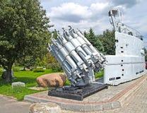 Kaliningrad, Russia Il tubo lanciarazzi bombometny RBU-6000 e una protezione della cabina del sottomarino del progetto 613 dentro Fotografie Stock Libere da Diritti