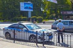 KALININGRAD, RUSSIA - 21 MAGGIO 2016: Ufficiale di polizia stradale russo GIBDD che ispeziona traffico stradale immagine stock libera da diritti