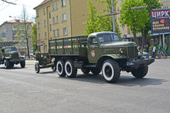 KALININGRAD, RUSSIA - MAY 09, 2015: The truck ZIL-157 tows a 76- Royalty Free Stock Images