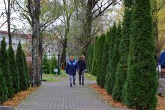 Kaliningrad, Russia - novembre 18,2018: La gente che cammina nel parco della città immagini stock