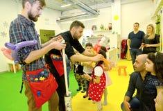 Kaliningrad, Russia Padroni di torsione del lavoro ad una festa nel club dei bambini immagini stock libere da diritti
