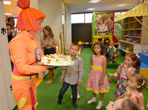 KALININGRAD, RUSSIA - SEPTEMBER 18, 2016: The animator holds festive cake on children's birthday.  royalty free stock photos