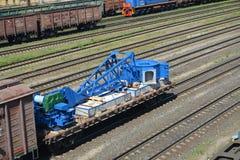 Kaliningrad, Russia Trasporto degli elementi di una progettazione della gru su una piattaforma aperta dalla ferrovia Immagine Stock