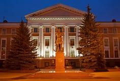 Kaliningrad, Russia Un monumento a Peter I contro lo sfondo della costruzione delle sedi della flotta baltica nella e immagini stock libere da diritti
