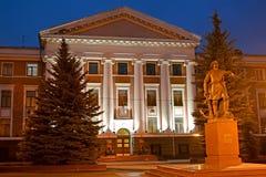Kaliningrad, Russia Vista di sera della costruzione delle sedi della flotta e del monumento baltici a Peter I immagini stock libere da diritti