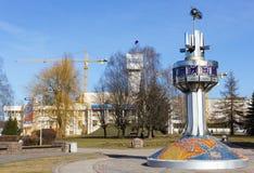 Kaliningrad, Russie - 26 février 2019 : Horloges du monde en métal avec le pavé rond de mosaïque photo stock