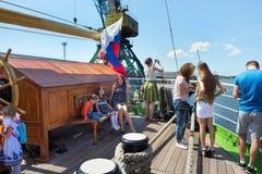 KALININGRAD, RUSSIE - 19 JUIN 2016 : Les touristes sur la plate-forme de la barque Kruzenshtern ont amarré dans le port maritime  Photos stock