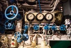 KALININGRAD, RUSSIE - 12 JUIN 2017 : Vue en gros plan des monometrs, des valves bleues de différentes tailles, des boutons et des Photos stock
