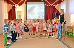 Kaliningrad, Russie Les enfants chantent la chanson sur une représentation de matin, au jour de mère dévoué kindergarten photographie stock