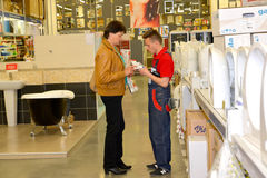 KALININGRAD, RUSSIE - 27 MAI 2015 : Le vendeur et l'acheteur dedans photos stock