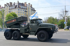 KALININGRAD, RUSSIE - 9 MAI 2015 : Un véhicule de combat BM-21 (GR image libre de droits