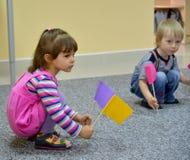 Kaliningrad, Russie Petit jeu d'enfants avec des étiquettes, se reposant sur un plancher kindergarten images libres de droits