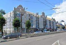Kaliningrad, Russie Reconsttruction capital de réparation d'une façade et un toit du bâtiment résidentiel d'appartement sur Lenin Photographie stock