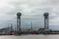 Kaliningrad, Russische Föderation - 4. Januar 2018: Zwei-Ebenenhebebrücke über dem Pregolya-Fluss Stockbild