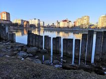 Kaliningrad, Russland - 16. Februar 2019: Steinstapel an der Stadtküstenlinie der Stadt stockfoto