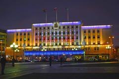 Kaliningrad, Russland Festliche Beleuchtung des Gebäudes der Stadtverwaltung Lizenzfreie Stockbilder