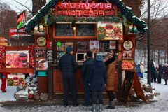 Kaliningrad, Russland - Januar 2019: Leute am Café im Freien am Wintertag lizenzfreies stockfoto
