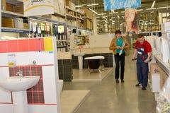KALININGRAD, RUSSLAND - 27. MAI 2015: Der Verkäufer hilft dem Käufer t stockbild