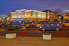 Kaliningrad, Russland Victory Square mit Abendbeleuchtung des Gebäudes der Stadtverwaltung Stockfotografie