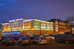 Kaliningrad, Russland Weihnachtsdekoration auf dem Gebäude der Stadtverwaltung Lizenzfreies Stockbild