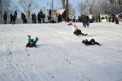 Kaliningrad, Russland Winter, der vom Schneeberg fährt Lizenzfreie Stockfotos