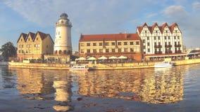 """KALININGRAD RYSSLAND †""""AUGUSTI 20, 2016: Timelapse turister och invånare går på en sommarafton på fiskeläget lager videofilmer"""