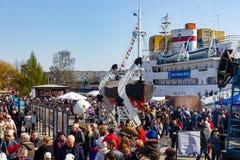 Kaliningrad Ryssland - April 13, 2019: Folket på territoriet av det marin- museet firar ferie av silldagen arkivfoto