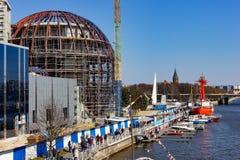 Kaliningrad Ryssland - April 13, 2019: Folket på territoriet av det marin- museet firar ferie av silldagen fotografering för bildbyråer