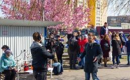 Kaliningrad Ryssland - April 13, 2019: Reporter som gör filmen om ferie av silldagen royaltyfri fotografi