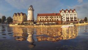 Kaliningrad Ryssland - Augusti 20, 2016: Fiskeläge på en sommarafton Den turist- dragningen, ett favorit- ställe av vilar av till lager videofilmer